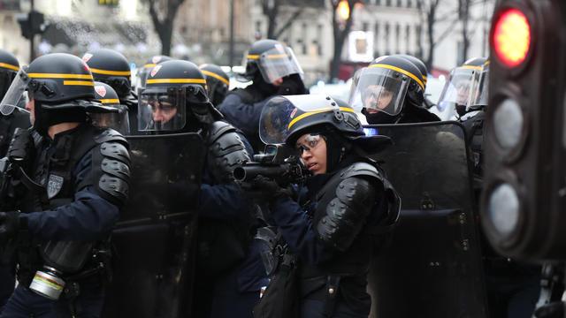 Avec un flash-ball, «le tireur ne doit viser exclusivement que le torse ainsi que les membres supérieurs ou inférieurs», a rappelé le directeur de la police.