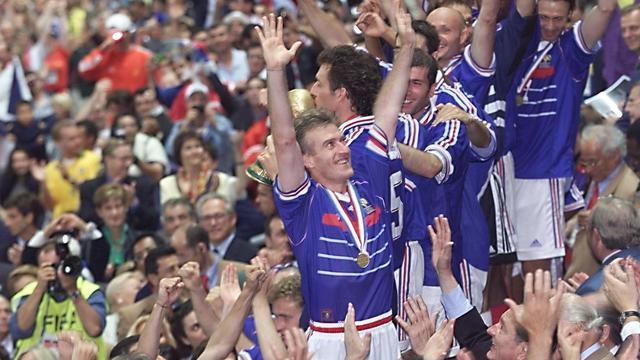 Les Bleus acclamés au Stade de France, à Saint-Denis, après leur victoire du 12 juillet 1998.