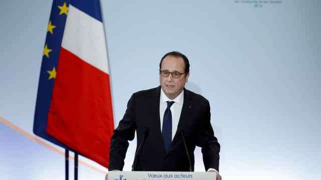 5d001d1c035 François Hollande a annoncé que l Etat allait dégager près d un milliard  d euros pour former 500 000 demandeurs d emploi.  © YOAN VALAT   POOL   AFP
