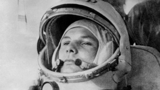 Youri Gagarine sur le point d'embarquer à bord du Vostok pour son vol spatial, en 1961.