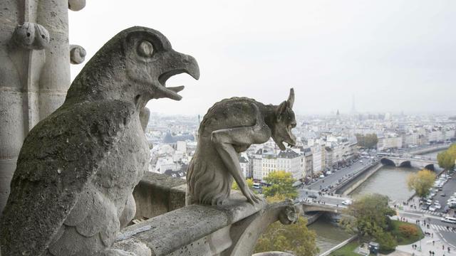 A certains endroits, les gargouilles de la cathédrale menacent de tomber.