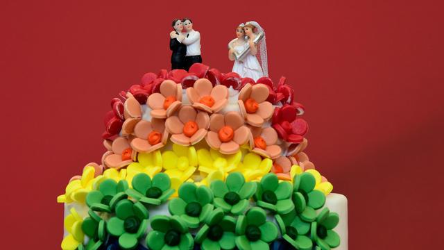 Un gâteau de mariage aux couleurs de l'arc-en-ciel et décoré de figurines de deux femmes et de deux hommes est présenté à Berlin, le 30 juin 2017.