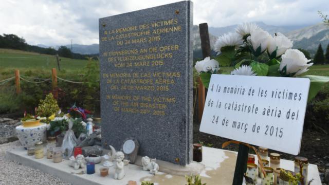 La cérémonie commencera par la lecture des prénoms des victimes, devant la stèle de pierre érigée peu après le drame, au Vernet.