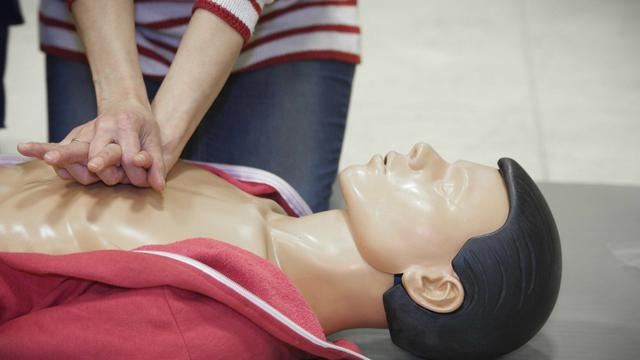 Le massage cardiaque fait partie des gestes qui sauvent des vies