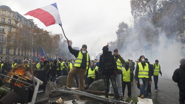 Des gilets jaunes dans les rues de Paris, samedi 24 novembre.