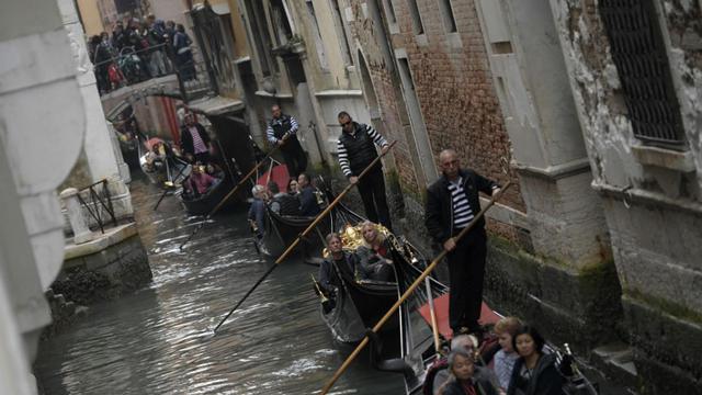Le couple, sans expérience, n'a pas réussi à tenir l'embarcation.