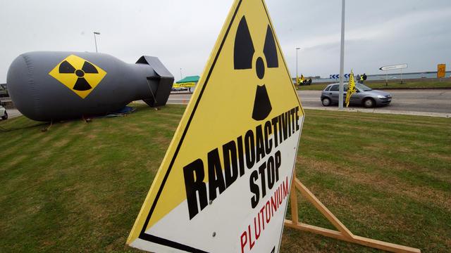 Cette interdiction s'applique à tous les membres de l'ONG et personnes placées sous son autorité et court jusqu'au 25 septembre, date de fin du débat public sur la gestion des matières radioactives.