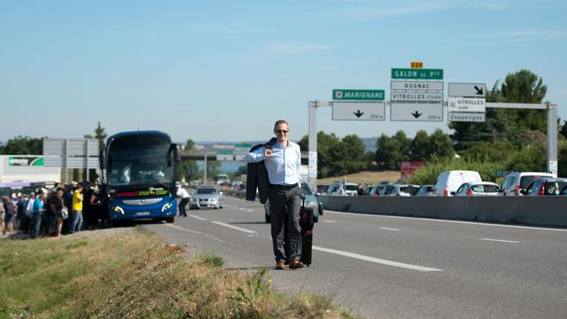 Une grève des taxis oblige parfois certains particuliers à terminer le chemin vers l'aéroport à pied.