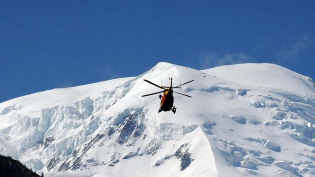 Un hélicoptère de secours survole le Mont-Blanc le 12 juillet 2012.