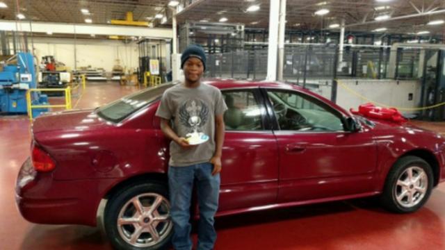 Noah Robinson est maintenant l'heureux propriétaire d'une voiture rouge, offerte par ses collègues.