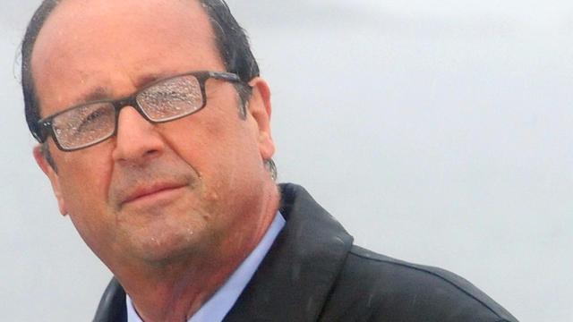 François Hollande pendant son discours sous une pluie battante sur l'île de Sein, lundi 25 août.