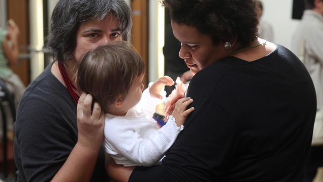 Un couple avec son enfant.