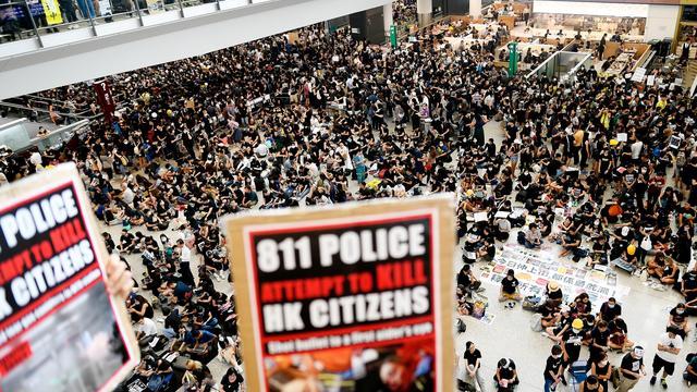 Plus de 5.000 manifestants se sont rassemblés à l'aéroport international de Hong Kong lundi.