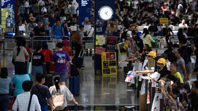Les manifestants pro-démocratie ont bloqué mardi les passagers en partance en plusieurs endroits de l'aéroport de Hong Kong.