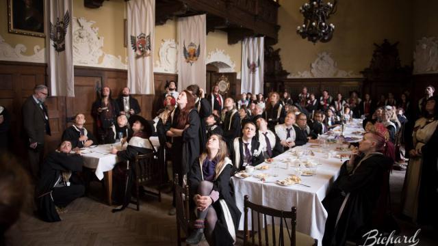Réunion d'apprentis sorciers dans la grande salle du château Czocha [Crédit : John-Paul Bichard]