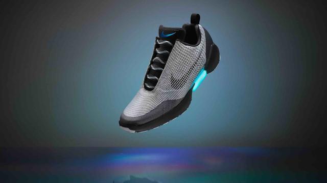 newest 0f140 9d846 Elles ont fait rêver des milliers de fans de Retour vers le Futur II. Avec  un peu de retard, les chaussures autolaçantes de Marty McFly seront  disponibles ...