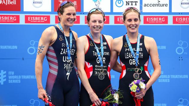 Georgia Taylor-Brown (au centre) et Jessica Learmonth (à droite), lors d'un triathlon à Leeds en 2019