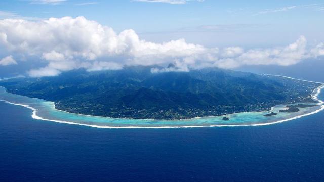 Rarotonga est l'île principale de l'archipel. Elle regroupe 75 % des 12 000 habitants des îles Cook.