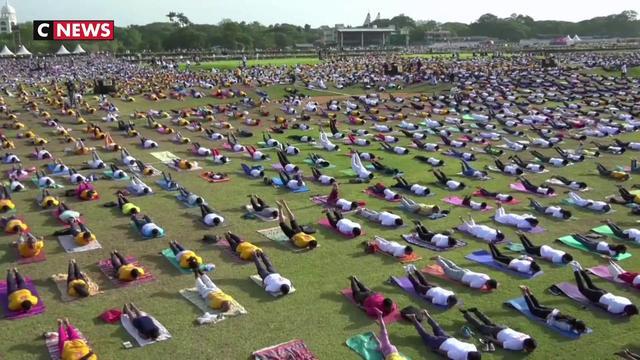 Inde : des millions de yogis pratiquent en plein air