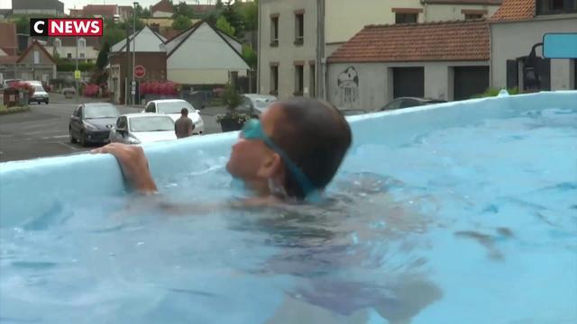 Un bus retourné se transforme en piscine