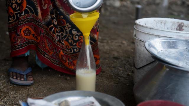Les décès dus à l'alcool produit illégalement, connu localement sous le nom de «hooch» ou «liqueur de pays», sont fréquents en Inde.