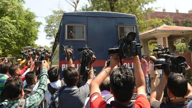 Les médias se rassemblent autour d'un véhicule de la police du Pendjab transportant les sept accusés pour le viol et le meurtre d'une fillette âgée de huit ans à Kathua, dans l'État de Jammu-et-Cachemire.