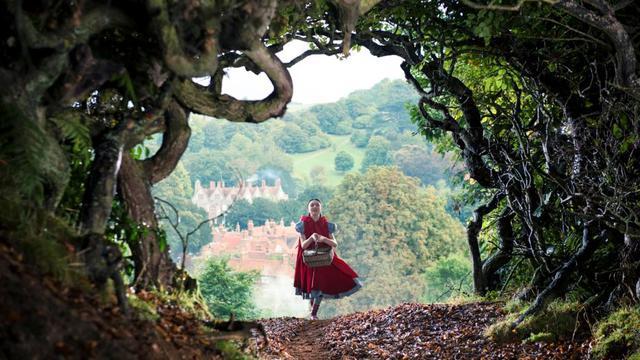 """Lilla Crawford joue le Petit Chaperon Rouge dans le film """"Into the Woods, Promenons-nous dans les bois"""" de Rob Marshall."""