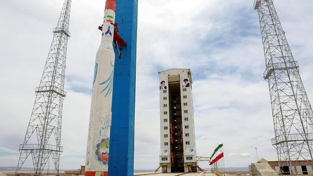 Cette photo, publiée par le ministère de la Défense iranien, le 27 juillet 2017, montre une fusée satellite Simorgh (Phoenix) sur son site de lancement dans un lieu non divulgué en Iran.