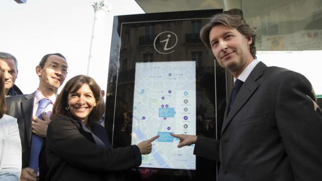 Anne Hidalgo, la maire de Paris, et Jean-Charles Decaux, codirecteur de JC Decaux, étaient présent à l'inauguration.