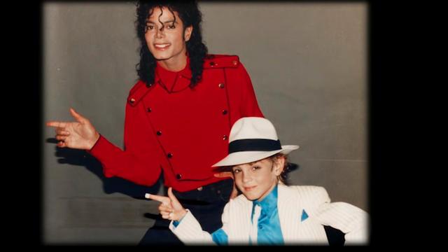 Deux trentenaires accusent Michael Jackson d'abus sexuels lorsqu'ils étaient enfants.