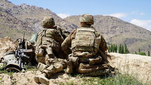 Sur cette photo prise le 6 juin 2019, des soldats américains observent les collines lors d'une visite du commandant des forces américaines et de l'OTAN en Afghanistan.