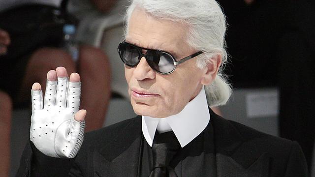 Cheveux poudrés en catogan, bagues massives en argent, mitaines et lunettes noires vissées sur le nez… Karl Lagerfeld se démarquait par son génie, mais également par son look de marquis extravagant