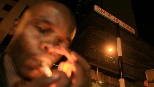 Une zone fumeurs à Nairobi, au Kenya.