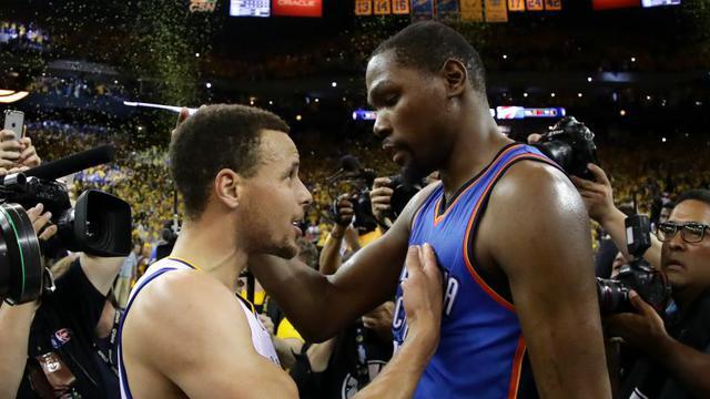1b9c7bc508f1 Kevin Durant et Stephen Curry sont désormais coéquipiers à Golden State.   EZRA SHAW   GETTY IMAGES NORTH AMERICA   AFP