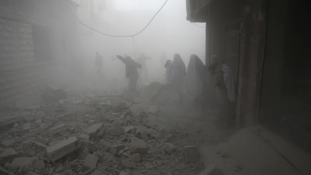 Des habitants de la Ghouta fuient leurs habitations pour échapper au frappe du régime.