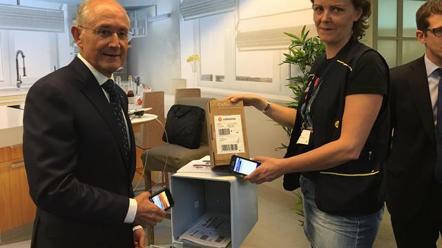 Le PDG du groupe La Poste, Philippe Wahl, présentant le nouveau service.