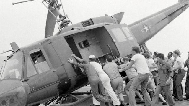 Des marines poussent un hélico pour faire de la place sur la plate-forme USS Kirk