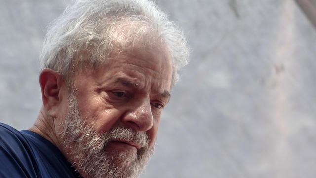 Lula, 73 ans, purge actuellement une peine de huit ans et dix mois de réclusion pour corruption dans un commissariat de Curitiba.