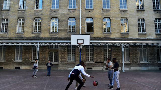 Une photo prise dans la cour d'une lycée de Meudon.