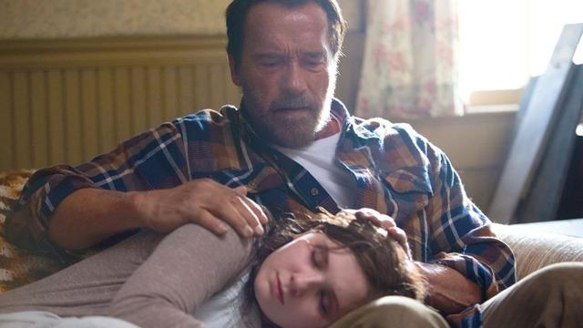 "Arnold Schwarzenegger et Abigail Breslin dans le film ""Maggie""."
