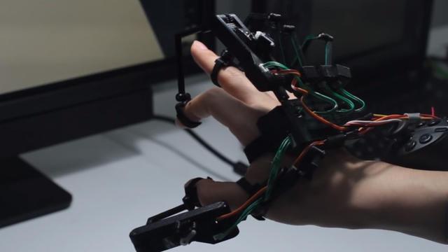 """Cette """"exomain"""" permet de toucher et saisir des objets dans un monde virtuel en 3D."""