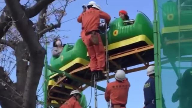 Les passagers se sont retrouvés coincés à 5 m au-dessus du sol.