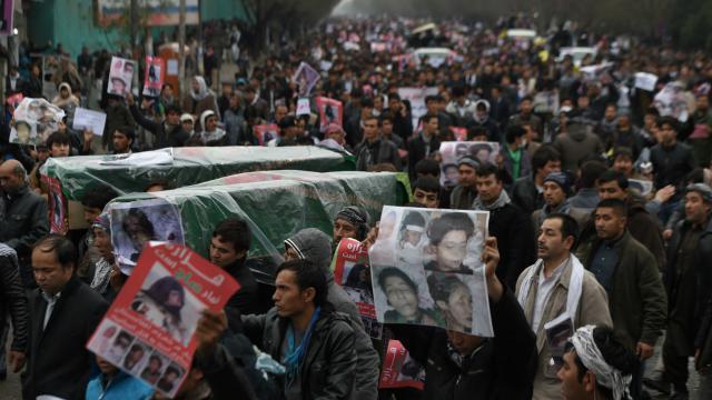 Ils étaient des milliers à manifester le 11 novembre, à Kaboul (Afghanistan), contre la décapitation de sept Hazaras.