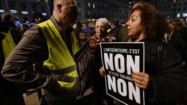 Des milliers de personnes se sont rassemblées place de la République pour manifester contre l'antisémitisme.