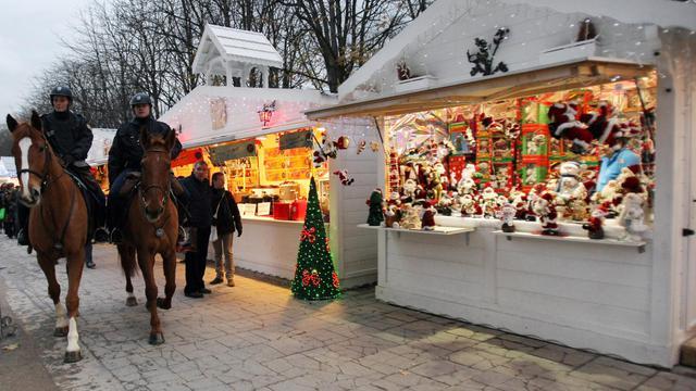 Le marché de Noël des Champs-Elysées à Paris / image d'illustration