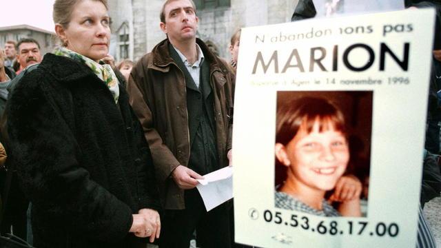 Les parents de Marion Wagon avec une affiche, le 14 novembre 1997, un an après le drame.
