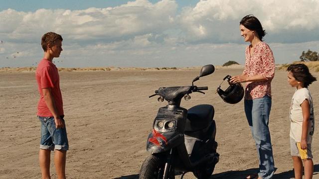 """Romain Paul et Clotilde Hesme dans le deuxième long métrage d'Alix Delaporte """"Le dernier coup de marteau""""."""