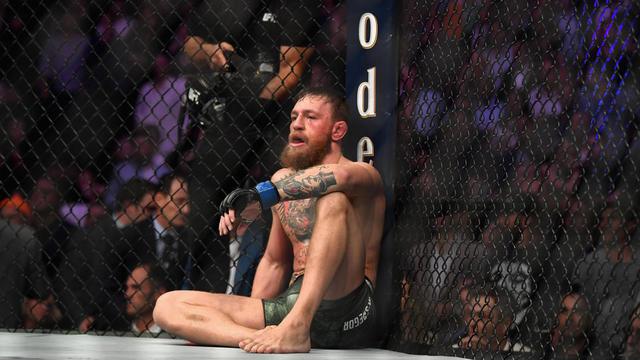 Conor McGregor sur le ring, quelques instants après sa défaite.