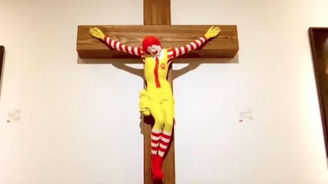 La sculpture «McJesus» représente Ronald McDonald sur une croix.