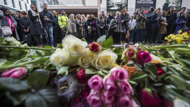 Des Suédois se recueillent devant le centre commercial où s'est écrasé le camion, en avril 2017.